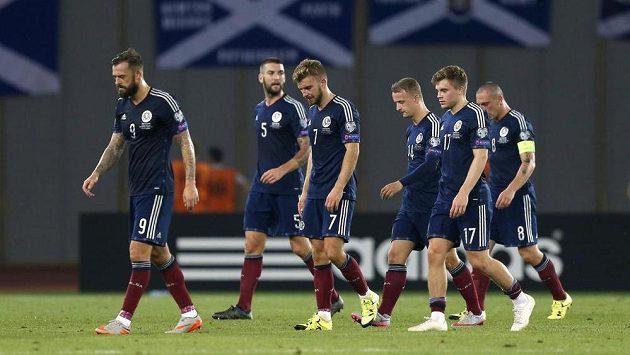 Zklamaní skotští fotbalisté po porážce v Tbilisi od Gruzie.