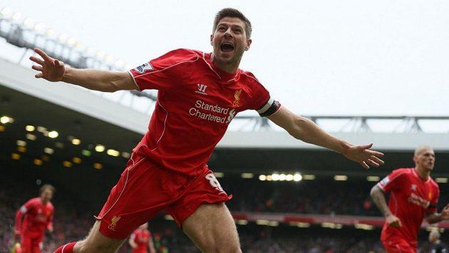 Takhle si Gerrarda pamatují fanoušci Liverpoolu. Pětatřicetiletý záložník slaví svůj gól.