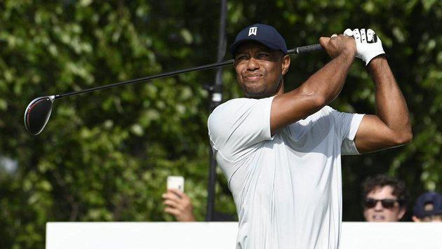 Americký golfista Tiger Woods po nevydařeném úvodním kole vzdal turnaj Northern Trust v Jersey City.