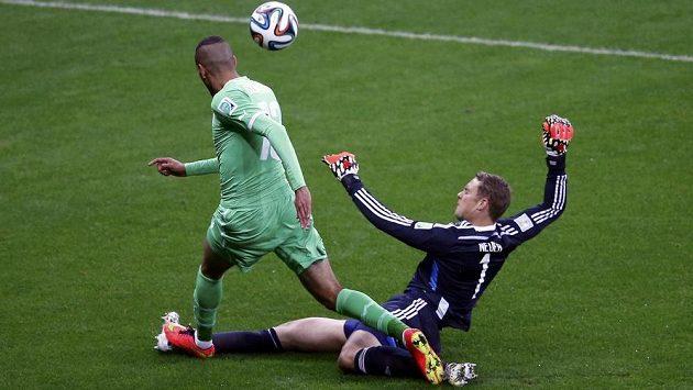 Manuel Neuer se v duelu s Alžírskem několikrát dostal mimo velké vápno - takto na poslední chvíli hasil nebezpečí proti Slimanímu.