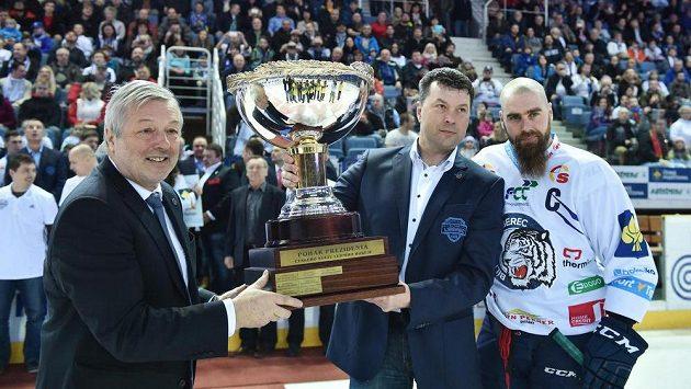 Prezident hokejového klubu Bílí tygři Liberec Petr Syrovátko a generální manažer Ctibor Jech (vlevo) a kapitán Jan Výtisk (vpravo) s Prezidentským pohárem.