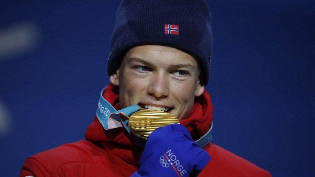 Norský běžecký suverén Johannes Hösflot Klaebo se zlatou olympijskou medailí.