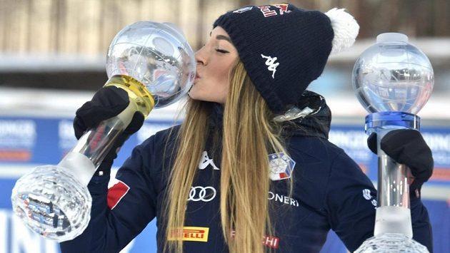 Dorothea Wiererová s glóby za triumfy ve Světovém poháru v biatlonu.
