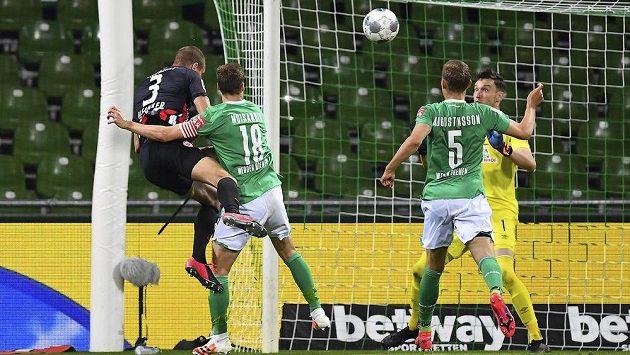 Stefan IIsanker (vpravo) z Eintrachtu Frankfurt dává gól proti Werderu Brémy.