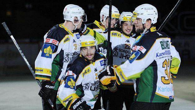 Hokejisté Karlových Varů se radují ze vstřelení gólu proti Slavii.