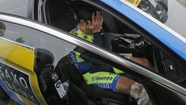 Zklamaný španělský jezdec Alberto Contador se loučí s Tour de France v desáté etapě.