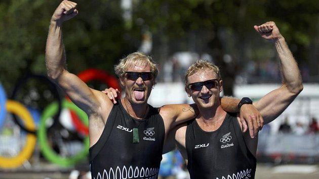 Veslaři Eric Murray a Hamish Bond z Nového Zélandu se radují ze zlaté olympijské medaile.