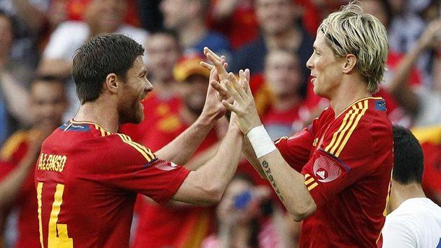 Fernando Torres (vpravo) se raduje ze své trefy v přípravném utkání španělské reprezentace proti Koreji. Blahopřeje mu Xabi Alonso.