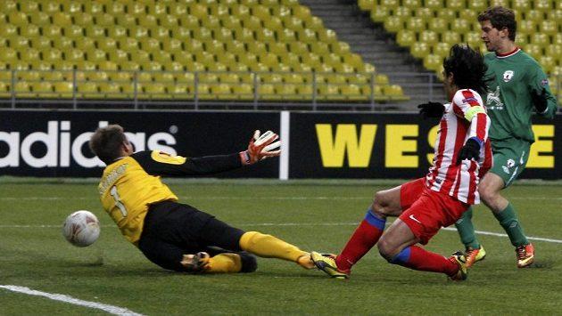 Radamel Falcao (v pruhovaném dresu) střílí jediný gól Atlétika Madrid proti Kazani. Španělský tým byl vyřazen a titul v Evropské lize neobhájí.