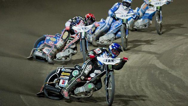 Tai Woffinden z Velké Británie (vpředu) znovu vyhrál plochodrážní Grand Prix České republiky.