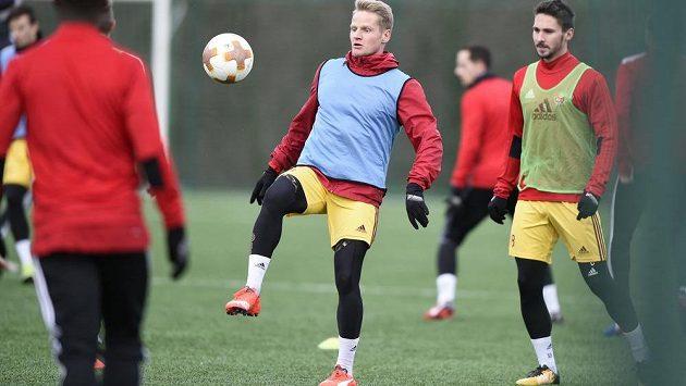 Fotbalisté Dukly Praha zahájili 3. ledna 2018 v Praze zimní přípravu na jarní část prvoligové sezóny. Na snímku jsou útočníci Štěpán Koreš (uprostřed) a Patrik Brandner (vpravo).