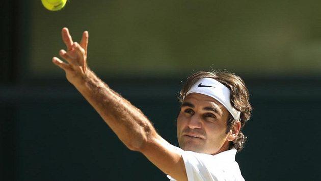 Švýcar Roger Federer v semifinálové bitvě s Milosem Raonicem z Kanady.