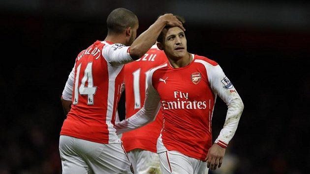 Fotbalista Arsenalu Theo Walcott (vlevo) slaví se spoluhráči gól proti Leicesteru City.