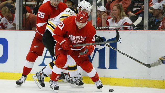 Útočník Detroitu Red Wings Detroit Tomáš Tatar (vpředu) v utkání play off s Bostonem.