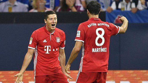 Robert Lewandowski z Bayernu jásá poté, co skóroval na hřišti Schalke, s Javim Martínezem.
