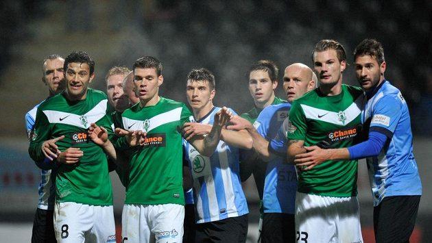 Jablonečtí fotbalisté spolu s těmi mladoboleslavskými v chumlu při bránění standardky. Jasmin Ščuk stojí zcela vlevo.