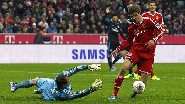 Thomas Müller z Bayernu ohrožuje Jaroslava Drobného, brankáře Hamburku.