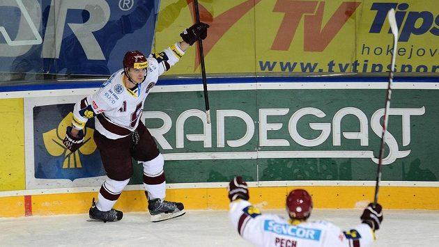 Útočník Sparty Praha Jan Buchtele oslavuje první gól během utkání s Libercem.