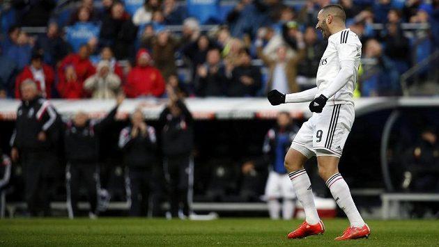 Útočník Realu Madrid Karim Benzema slaví gól proti San Sebastianu.