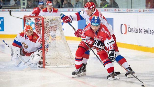 Andrej Vasilevskij v ruské bráně. Na ilustračním snímku jsou dále český útočník Dominik Simon a Rus Sergej Andronov.