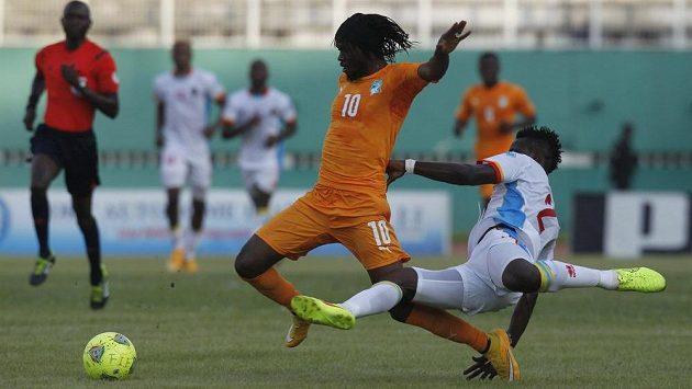 Gervinho (vlevo) z týmu Pobřeží slonoviny bojuje v Abidžanu s Djosem Issamou Mpekem z Konga v utkání kvalifikace afrického šampionátu.