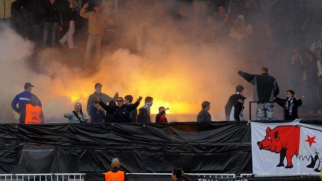 Fanoušci Hradce Králové během utkání se Slavií.
