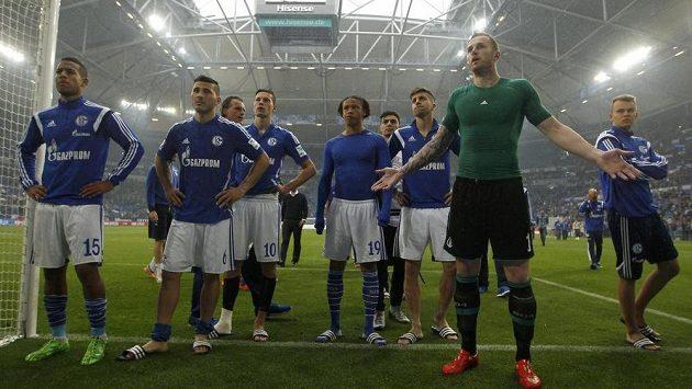 Fotbalisté Schalke 04 promlouvají ke svým fanouškům.