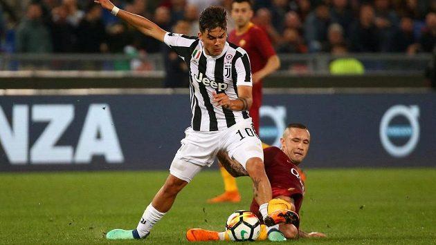 Radja Nainggolan (dole) z AS Řím v souboji s Paulem Dybalou z Juventusu.