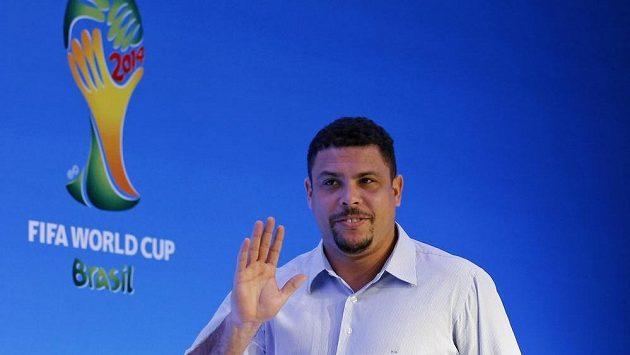 Legendární brazilský fotbalista Ronaldo během tiskové konference před losem základních skupin.