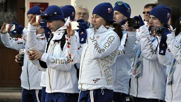 Čeští sportovci při přivítání v olympijské vesnici v horách v areálu Roza Chutor. V popředí uprostřed je vlajkonoška české výpravy, sjezdařka Šárka Strachová.