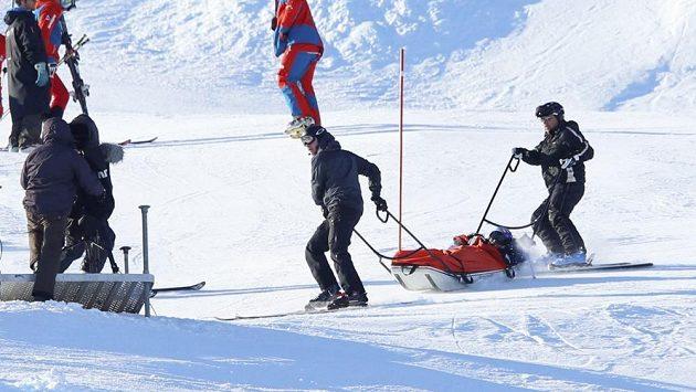 Pomocníci odvážejí skikrosaře Tomáše Krause, který měl během mistrovství světa těžký pád.