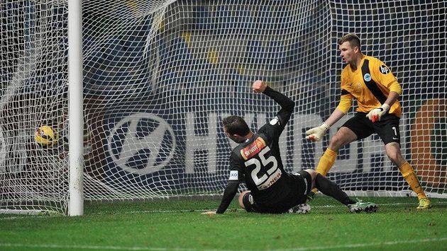 Martin Doležal střílí rozhodující gól podještědského derby.