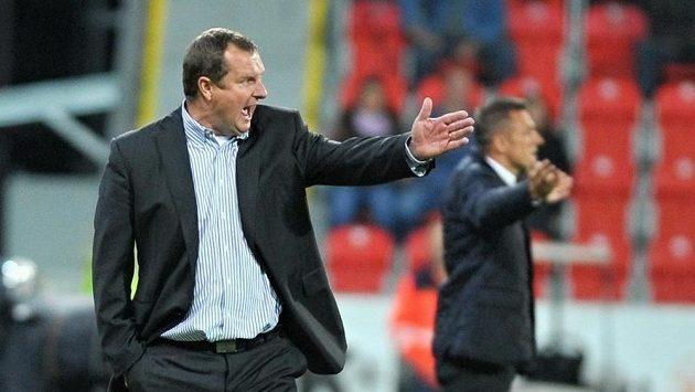 Plzeňský trenér Pavel Vrba (vpředu) nemohl být s výkonem svých svěřenců spokojený. To kouč Dukly Luboš Kozel bere bod za remízu určitě všemi deseti.