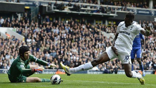 Petr Čech v brance Chelsea likviduje šanci Emmanuelu Adebayorovi z Tottenhamu