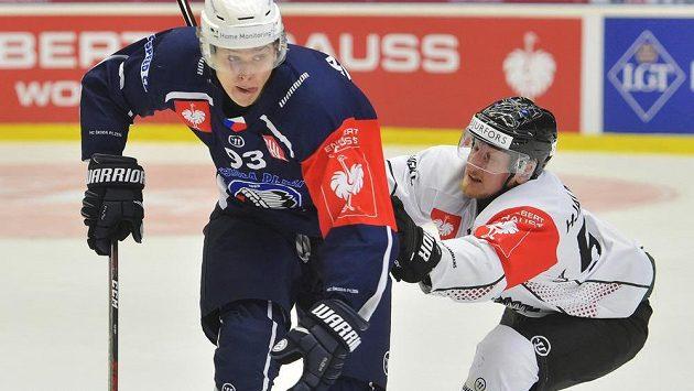 Plzeňský útočník Matyáš Kantner (vlevo) v souboji se Simonem Hjalmarssonem z Frölundy.