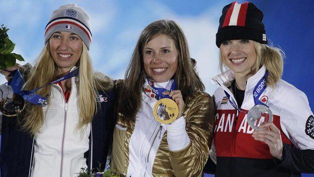 Olympijské medailistky ze snowboardkrosu. Zleva bronzová Chloe Trespeuchová z Francie, zlatá Eva Samková a stříbrná Dominique Maltaisová z Kanady.