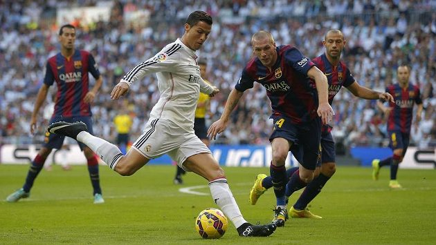Cristiano Ronaldo v dresu Realu Madrid v akci proti obraně Barcelony při slavném El Clásicu.