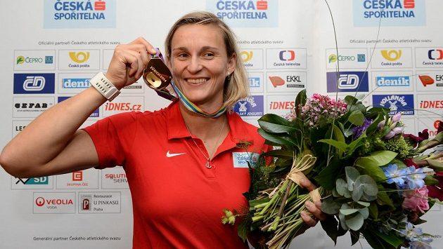 Oštěpařka Barbora Špotáková ukazuje zlatou medailí z atletického mistrovství Evropy v Curychu.