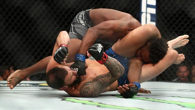 Jamahal Hill (vpravo) v klinči s Paulem Craigem během večera UFC 263.