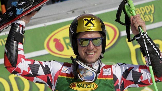 Marcel Hirscher slaví vítězství v Kranjske Goře.