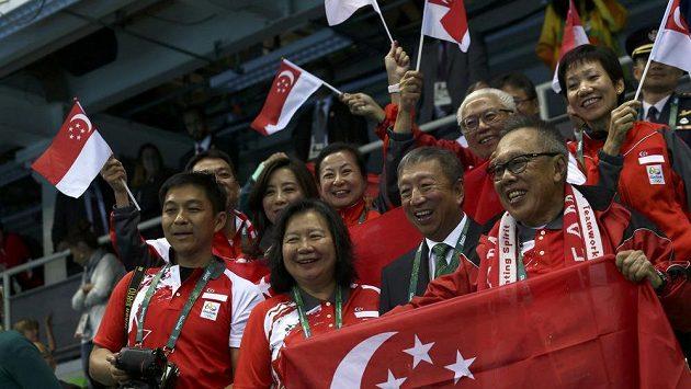 Singapurští příznivci i s prezidentem Tonym Tanem (nahoře druhý zprava). Jejich radost právě vyvolalo vítězství plavce Josepha Schoolinga.