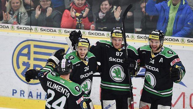 Hokejisté Mladé Boleslavi se radují z branky proti Olomouci. Zleva Tomáš Klimenta (zády), autor čtvrtého gólu Martin Látal, Pavel Musil a Ctirad Ovčačík.