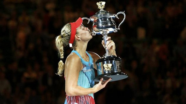 Německá tenistka Angelique Kerberová s trofejí vítězky tenisového Australian Open.