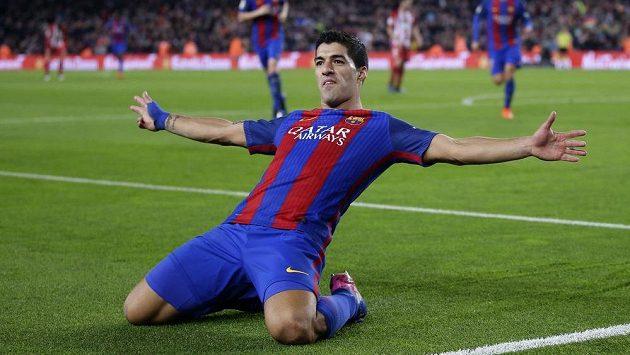 Barcelonský kanonýr Luis Suárez slaví gól proti Atlétiku.