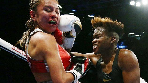 Nicola Adamsová (vpravo) zasahuje v profesionálním ringu v Leedsu soupeřku Maryan Salazarovou z Mexika.