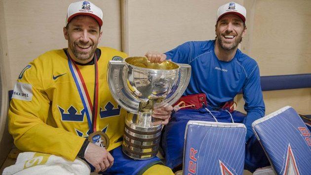 Šampióni. Joel a Henrik Lundqvistové si splnili sen, získali zlato na mistrovství světa.