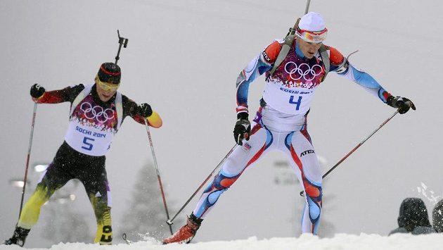Nakonec bronzový Ondřej Moravec (vpravo) a Erik Lesser z Německa na trati závodu na 15 km s hromadným startem.