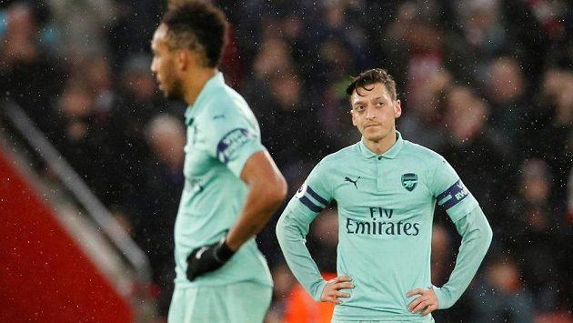 Mesut Ozil a Pierre-Emerick Aubameyang nemohou uvěřit. Fotbalisté Arsenalu podlehli po 13 zápasech v anglické lize na hřišti Southamptonu 2:3.