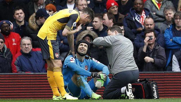 Petr Čech má problém, musel si přivolat během uktání lékaře, nakonec zápas proti West Bromwichi nedochytal.