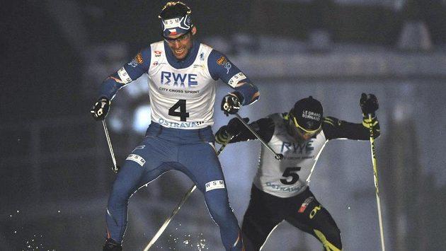 Lyžař Dušan Kožíšek (vpředu) vyhrál exhibiční závod v běhu na lyžích RWE City Cross Sprint v Ostravě. Za ním sprintuje druhý Roddy Darragon z Francie.